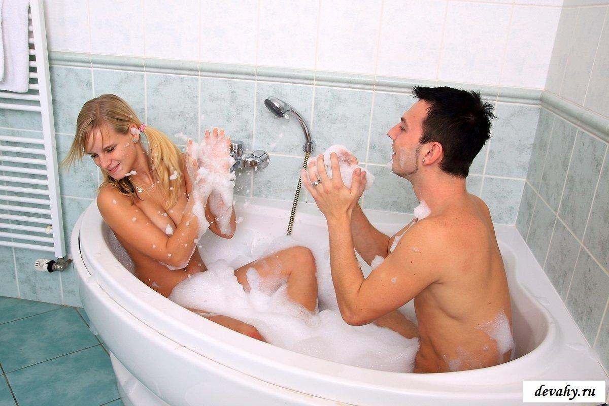 Молодая пара занялась сексом в душе