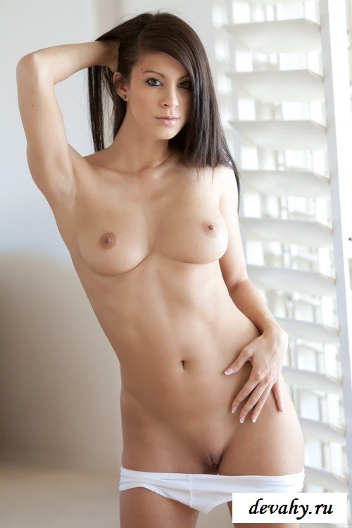 Натуральная грудь брюнетки в гольфах