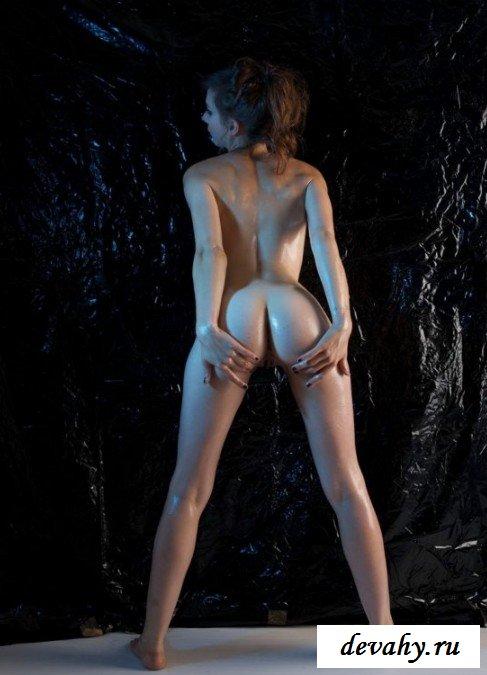 Обнаженная телка вся в масле секс фото