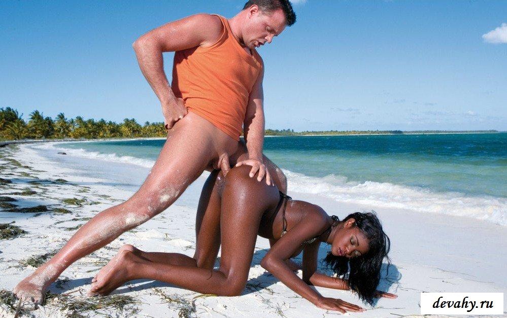 Оттрахал черный анус африканки на песке