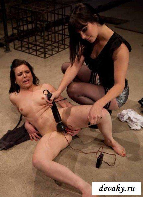 Удовлетворение и боль девки  от электричества секс фото