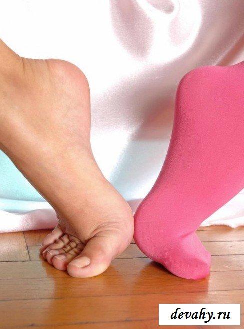 Розовые чулочки девушки