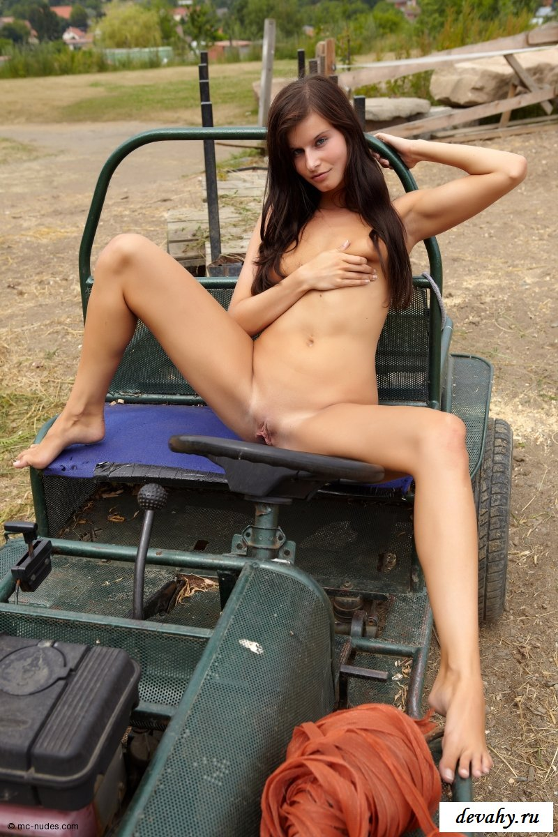 Она дурачится голышом на багги
