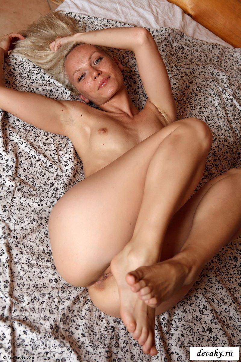 Герла лежит обнаженной на животике