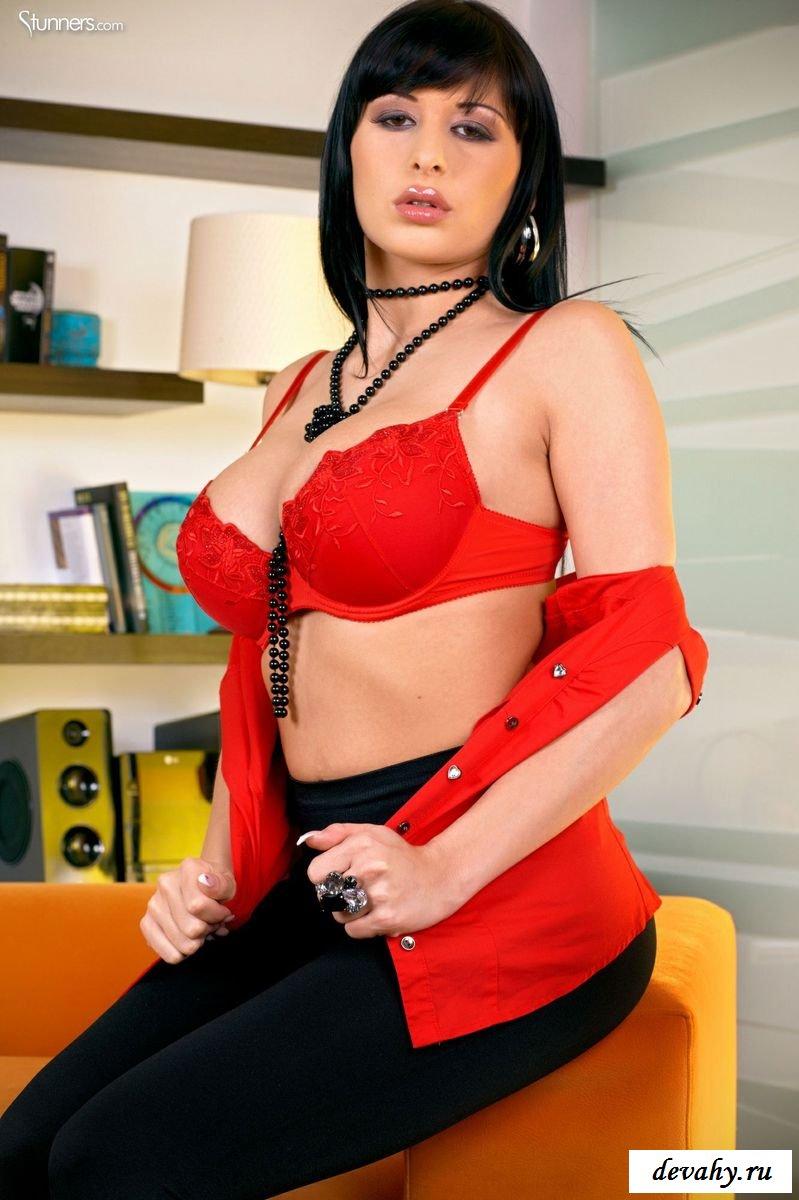 Сиськастая проститутка разделась, сняв брюки