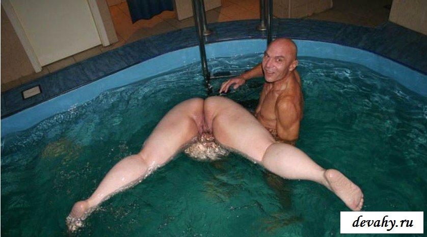 Лысый кавалер учит толстуху плавать смотреть эротику