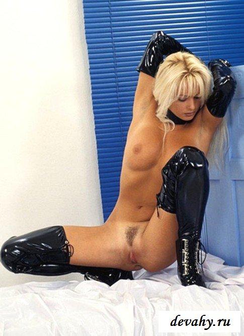Секси блондинка в латексе