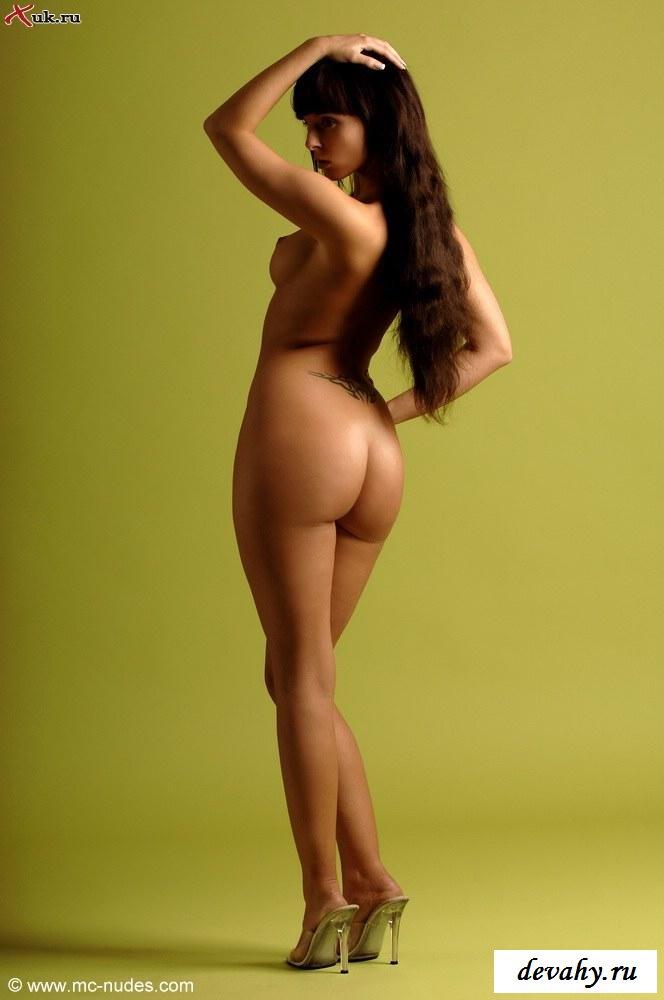 У мулатки без одежды - идеальное тело