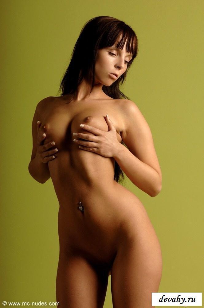 У мулатки без трусиков - идеальное тело
