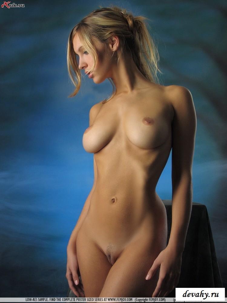 Нагая богиня и ее громадные груди