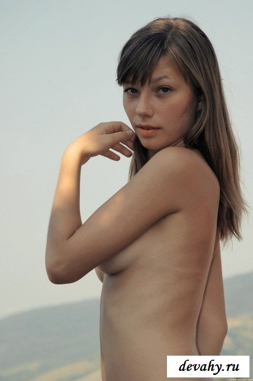 Молоденькая девушка на природе