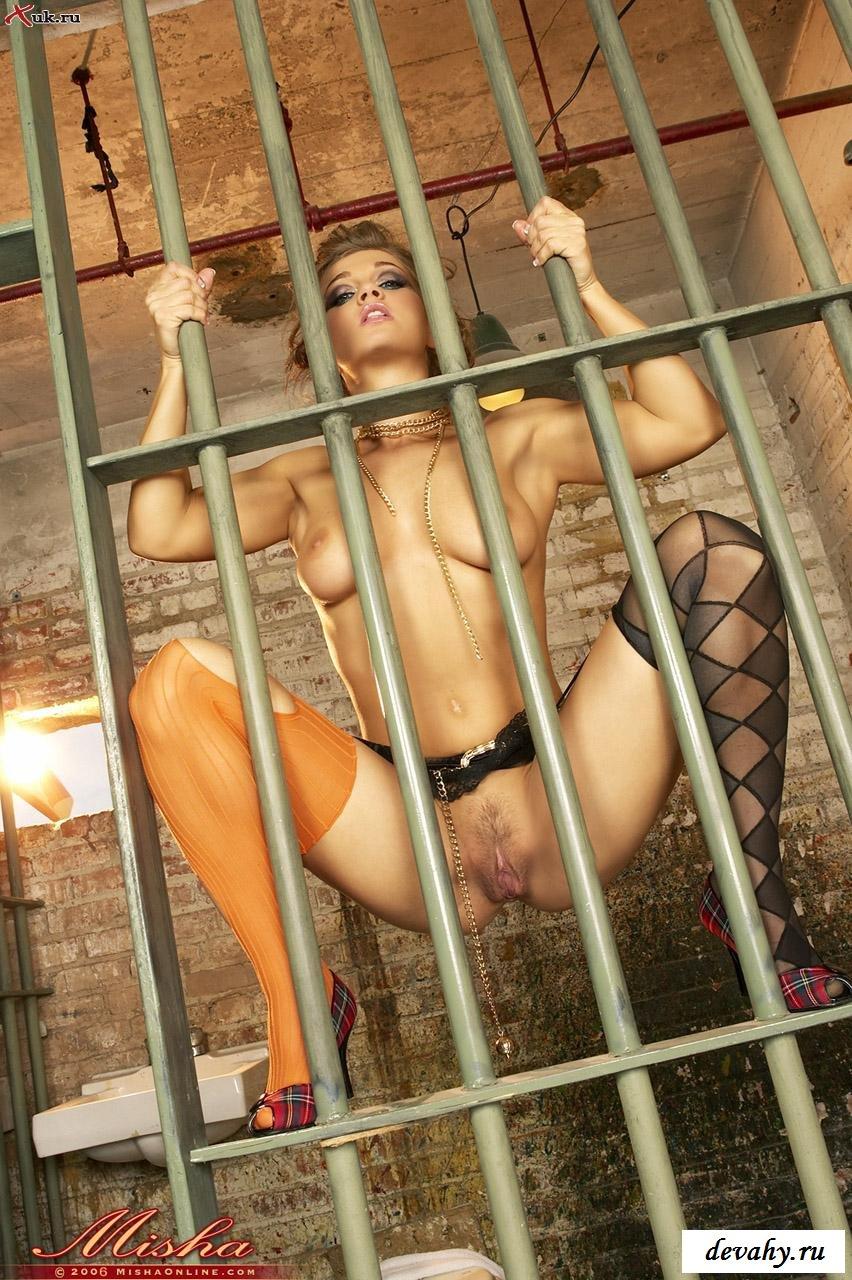 Застали узницу в обнаженном состоянии