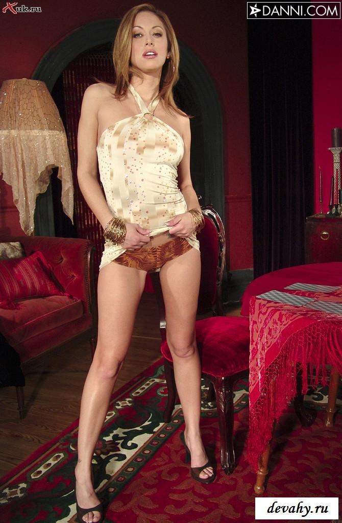 Девка с голыми сексуальными бедрами
