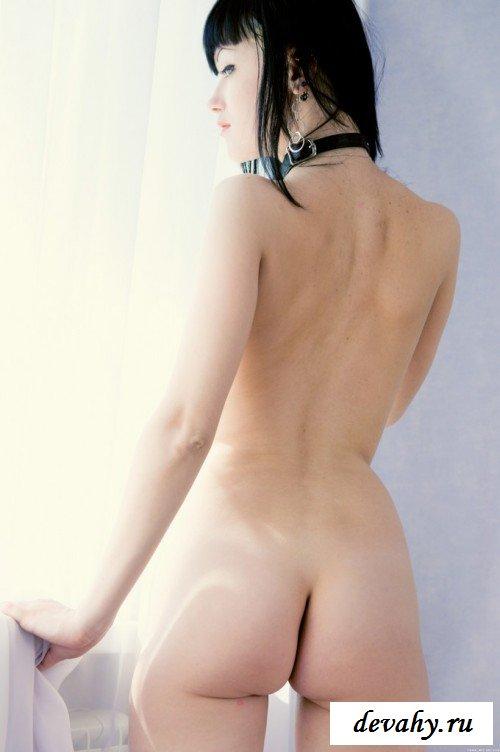 Гламурная шатенка в чулках