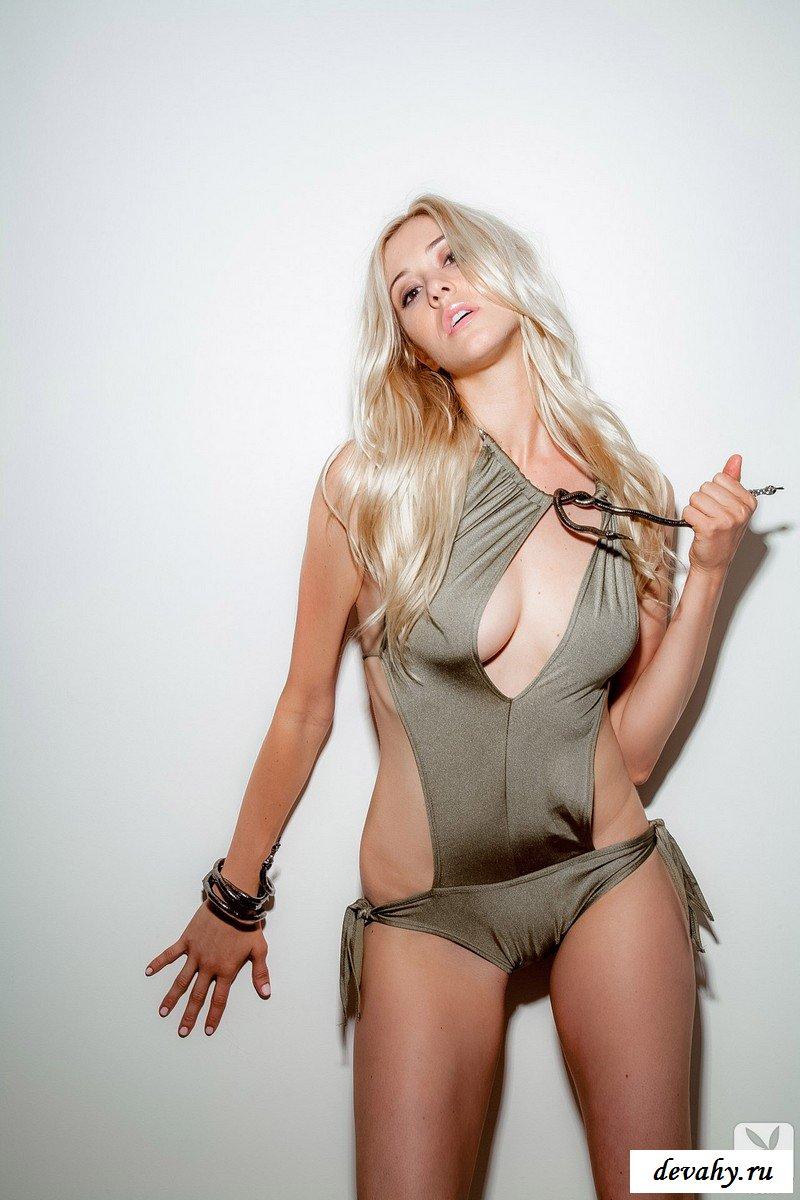 Блондинка на светлом фоне. секс фото