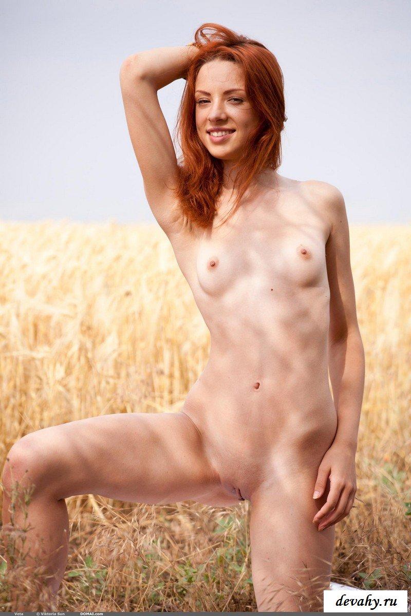 Рыженькая милашка в поле.