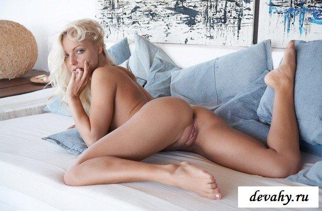 Блондинка кувыркается на постели