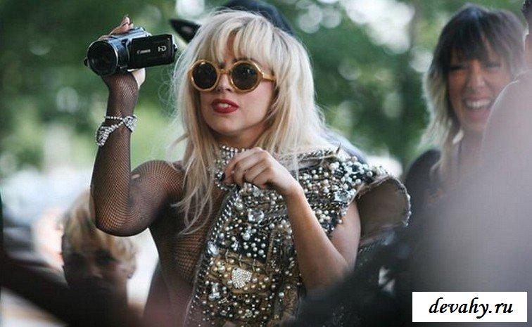 Сиськи Lady Gaga в толпе