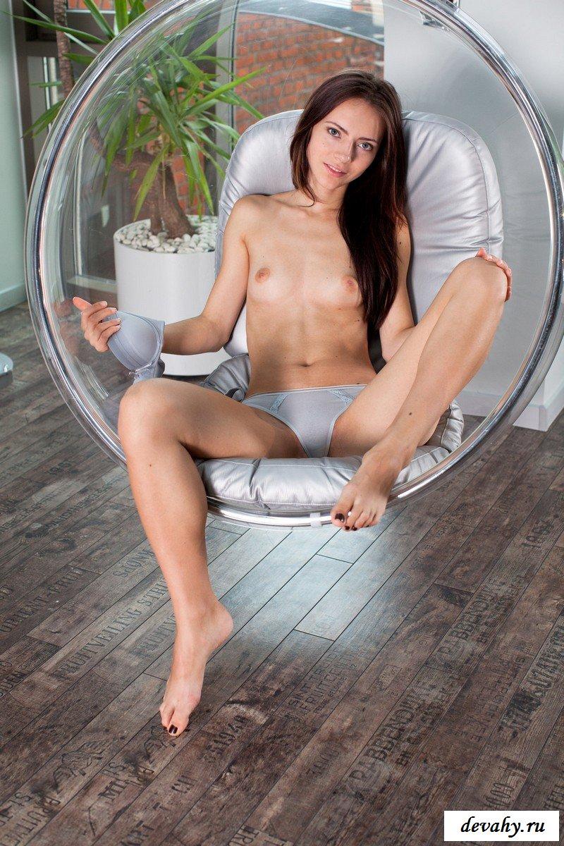 Мажорная сучка на новом кресле.