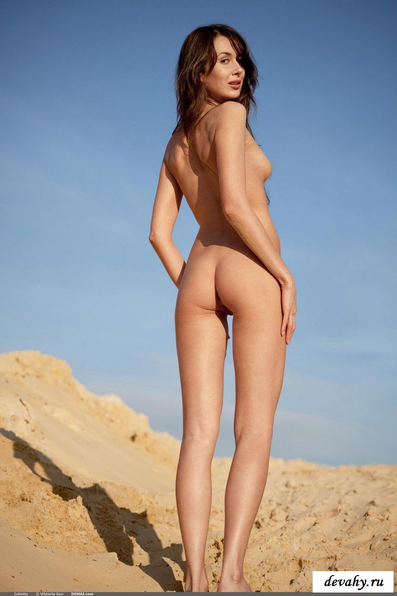 Дерзкая нимфоманка на песке.