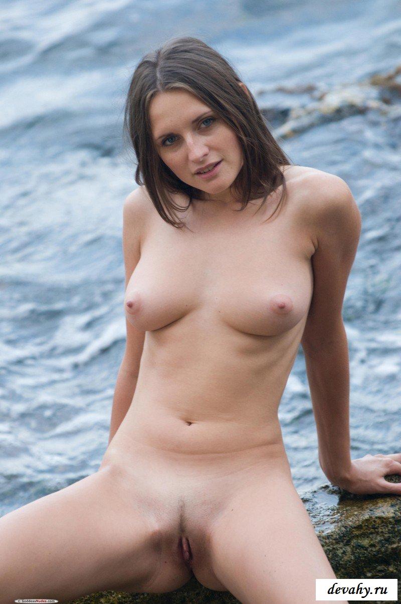 Алина отдыхает на море.