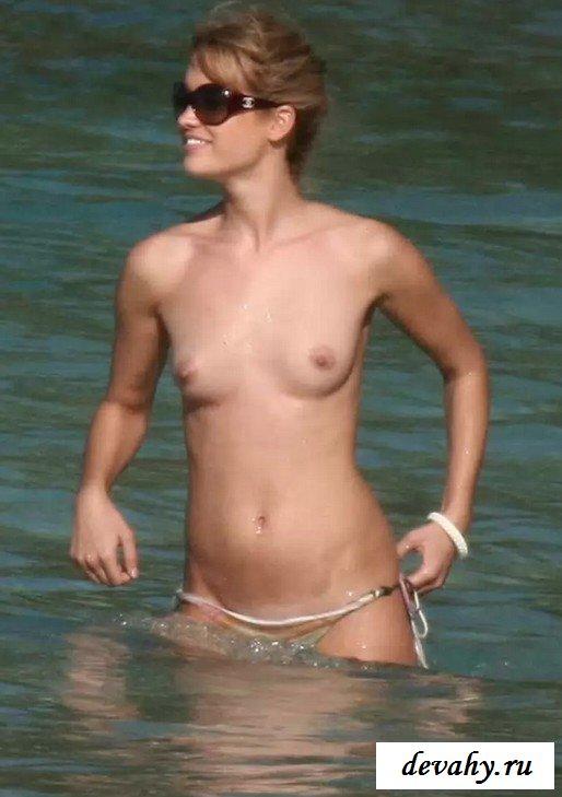 Без трусиков Julie Ordon у моря секс фото