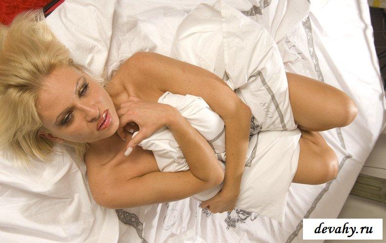 Раздетая баба в постели оголила киску (18 фото)
