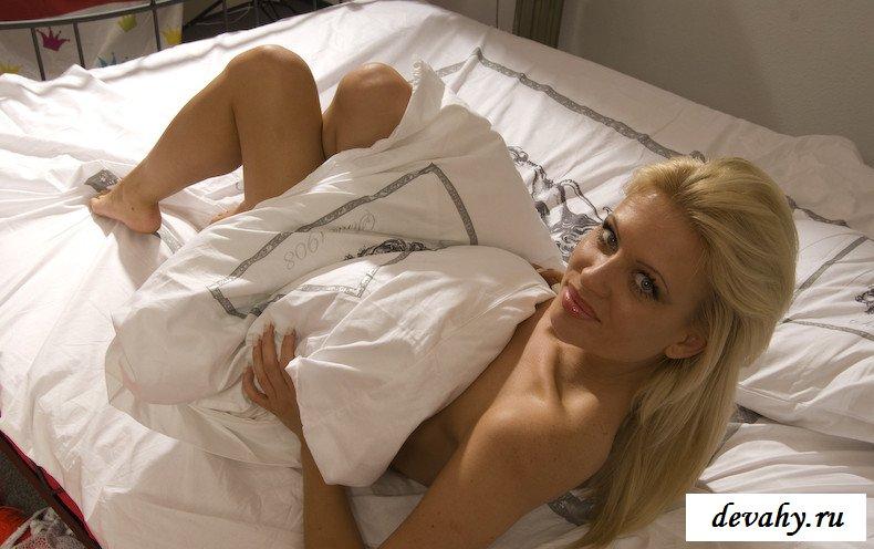 Голая девушка на кровати показала пилотку (18 фото)