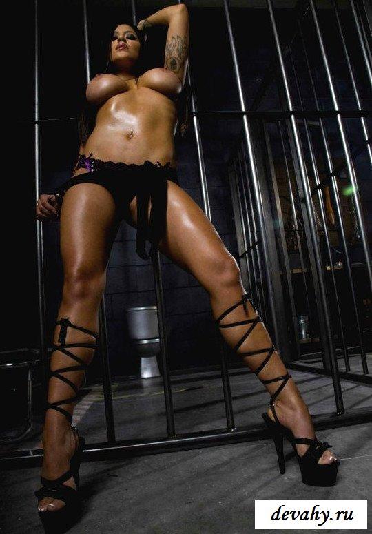 Дойки Jenavive Jolie за решеткой