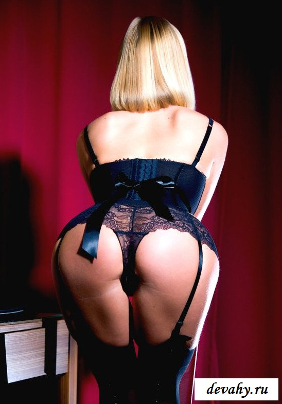 Задница блондинки в прозрачном белье
