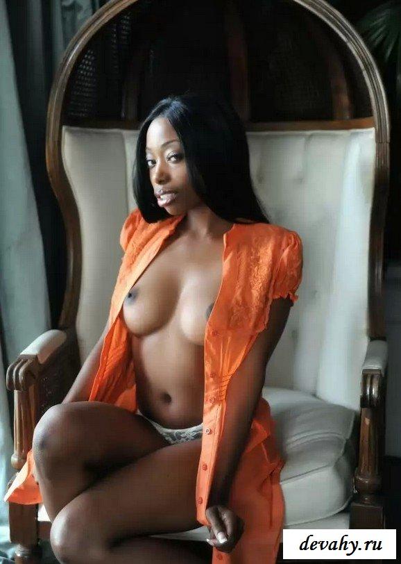 Черная деваха обнажила стриженную киску (15 фотографий)