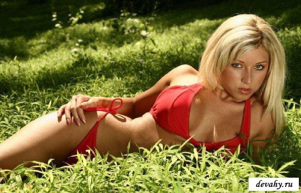 20-летняя девахи в красном трусики  (15 картинок)