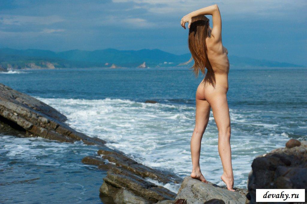 Худощавая голая козочка поклоняется морю секс фото