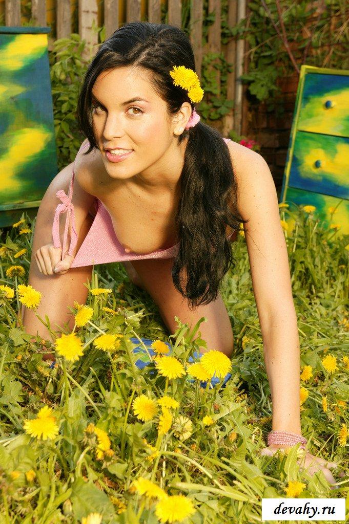 Стервочка с голой грудью на коленях в траве