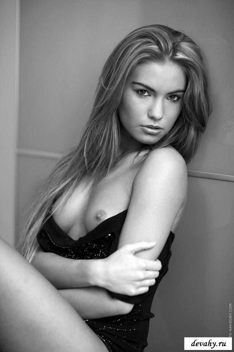 Голышка на черно-белом фото фотографируется стоя секс фото