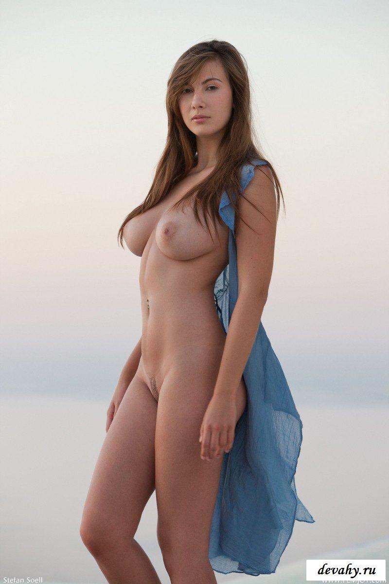 Легкомысленная девка в обнаженке на берегу моря секс фото