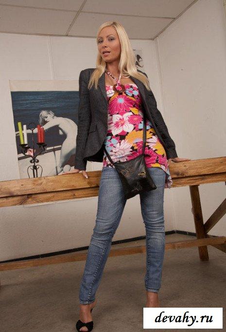 Блондинка показывает на столе киску  (15 изображений)