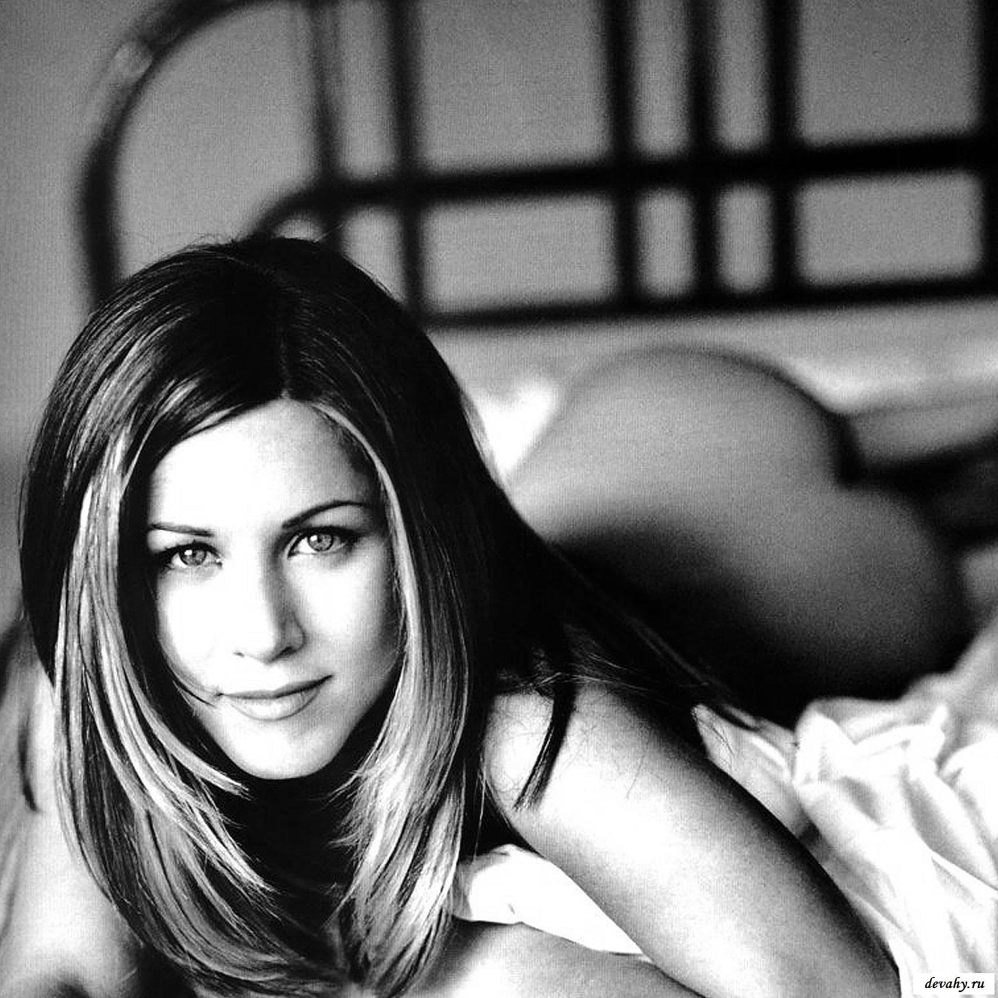 Jennifer Aniston голой делает селфи в журналах