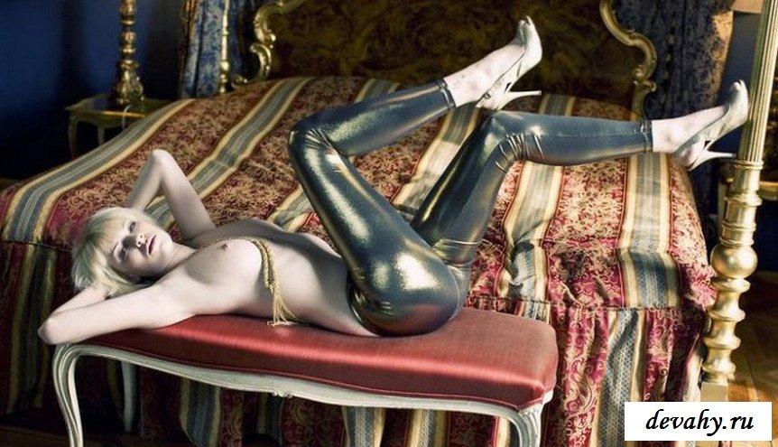 Прекрасная пися стриптизерши на кровати