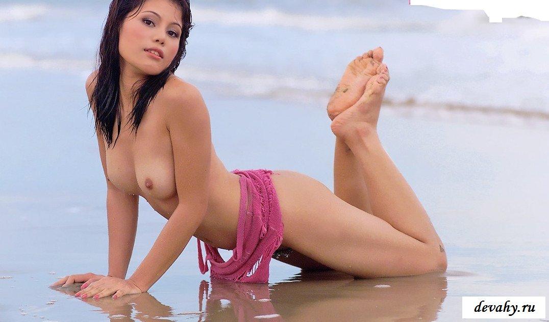 Просвечивающийся наряд  сучки на пляже (15 фото)