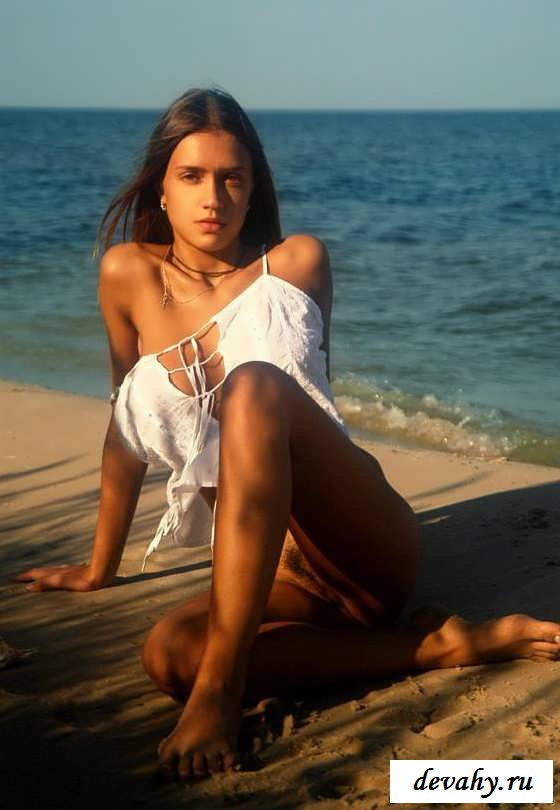 Киска загорелой девчонки на берегу