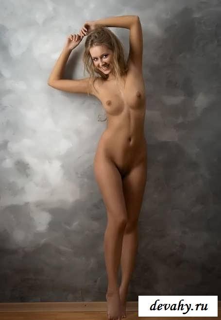 Хорошенькая обнаженная девушка в домашних условиях (15 фотографий)