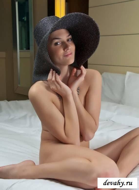 Дамочка в шляпе покажет письку