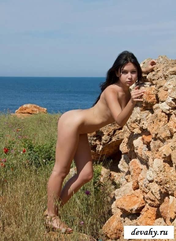 Упругая голенькая попка девочки