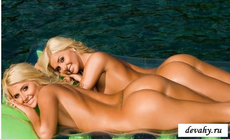 Голые близняшки играются в бассейне