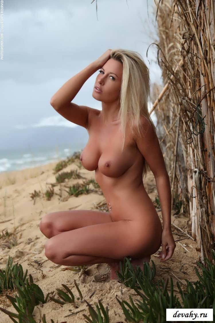 Блондинка показала жопу недалеко от забора (Эро фото)