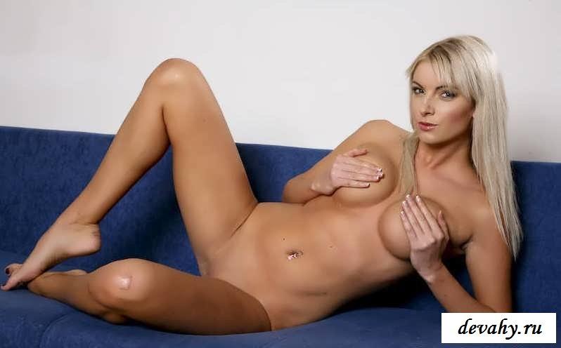 Красивые сиськи голой блондинки