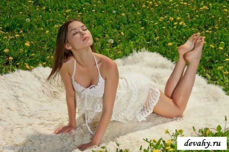 Красивая эротика 18 летней сучки на природе