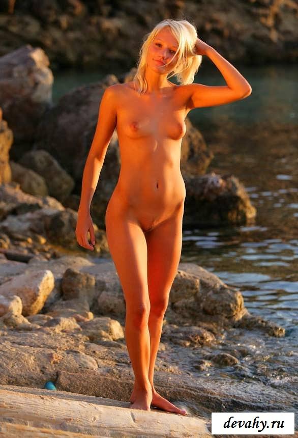Эротика молоденькой девки на диком пляже