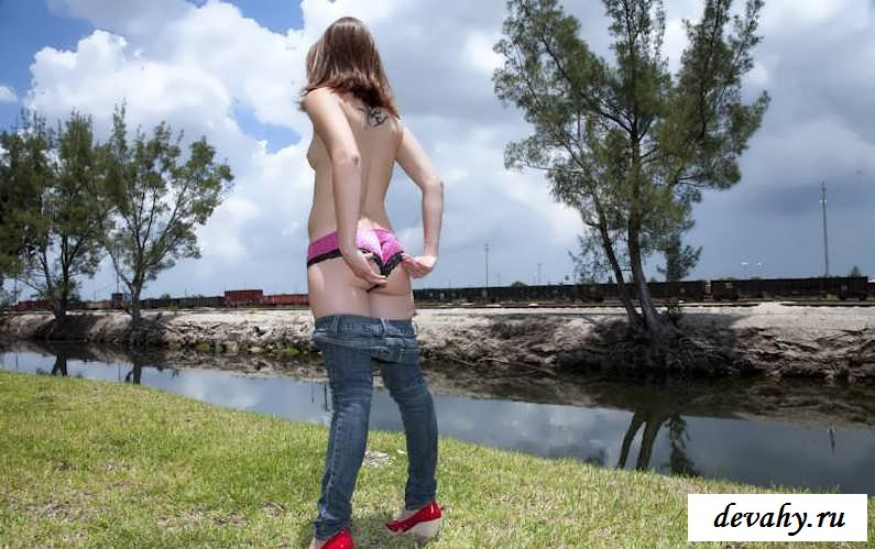 Голая грудь молодой девахи  (15 фото)